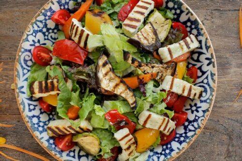 Izgara hellim salata